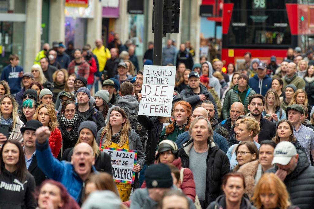 Protest anti-restricții cu mii de oameni la Londra. 36 de arestări şi mai mulţi poliţişti răniţi