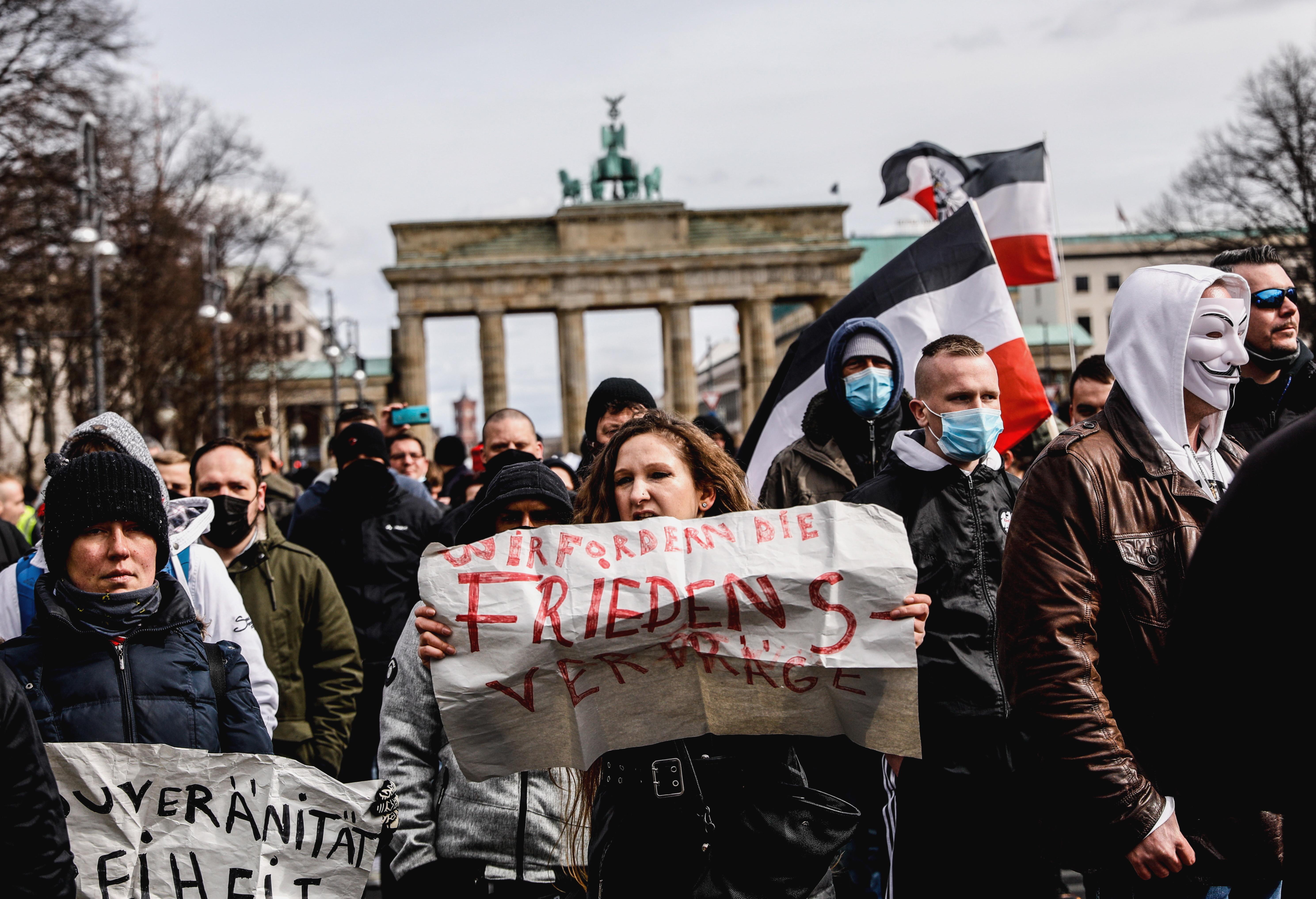 Mii de oameni au protestat în mai multe țări din Europa față de restricțiile Covid-19