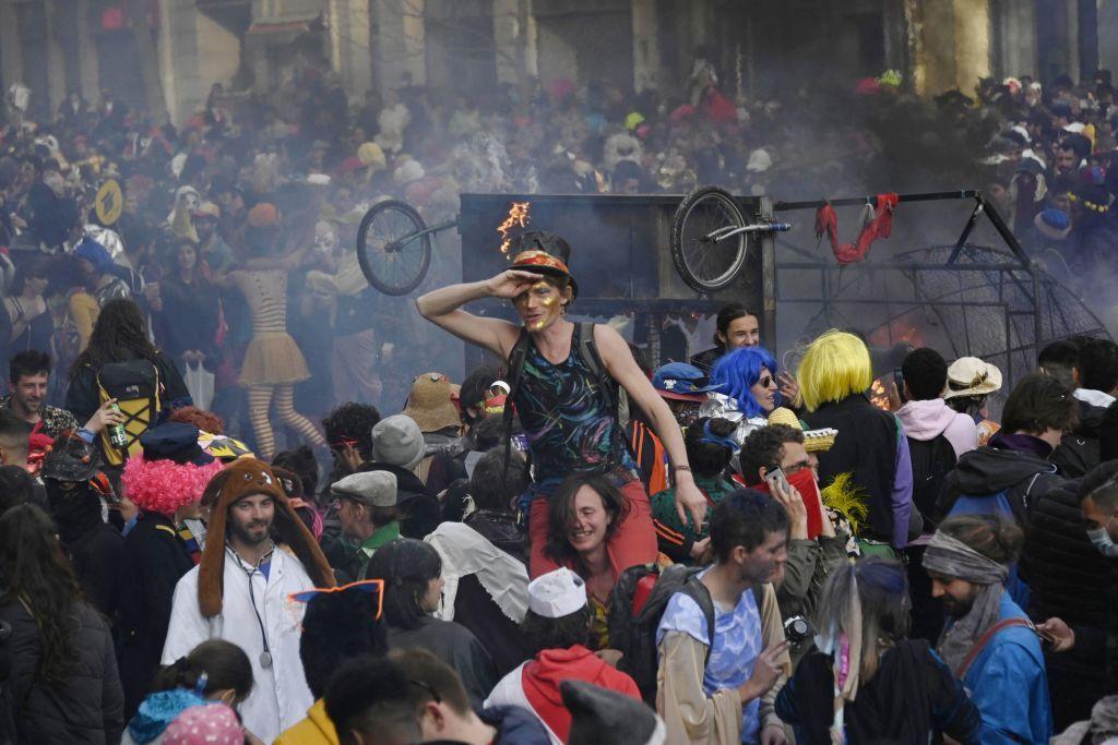 VIDEO. 6.500 de tineri fără măști au participat la un carnaval neautorizat în Marsilia. Nouă persoane au fost arestate