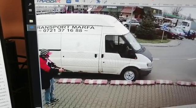 Un bărbat a ameninţat cu o puşcă de panoplie oamenii în parcarea unui supermarket din Bucureşti. Cum s-a terminat