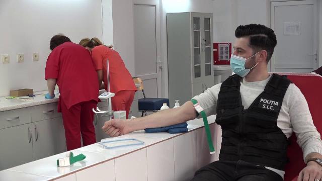 Polițiștii din Alba donează sânge și cumpără daruri pentru nevoiași