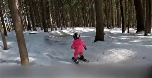Cum schiază o fetiță de trei ani din Canada. Imaginile au devenit virale