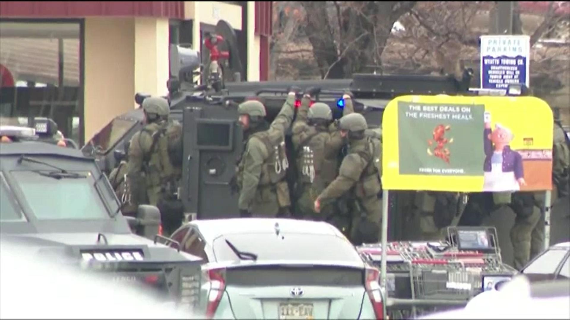 Cel puțin zece persoane, printre care un polițist, ucise într-un schimb de focuri la un supermarket din Colorado