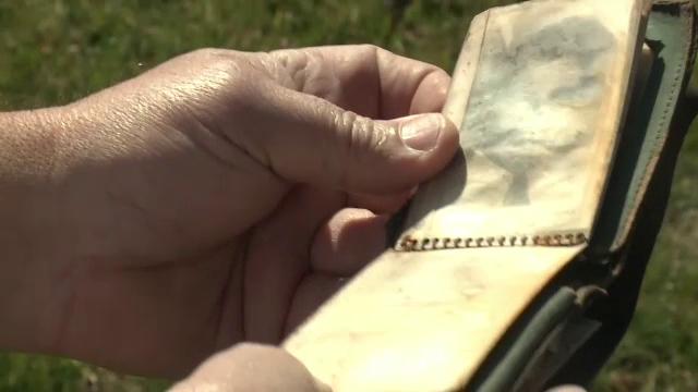 Un portofel pierdut în anii '50 a ajuns, din nou, la proprietara lui. Reacția femeii de 85 de ani