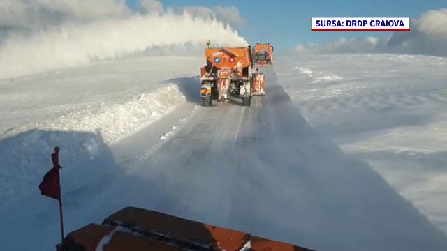 Cum arată Transalpina după ultima ninsoare. Troienele ajung şi la doi metri