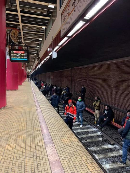 """Circulaţia metrourilor, blocată din cauza unui protest spontan al sindicaliştilor, care au coborât în tunel: """"Demisia"""""""