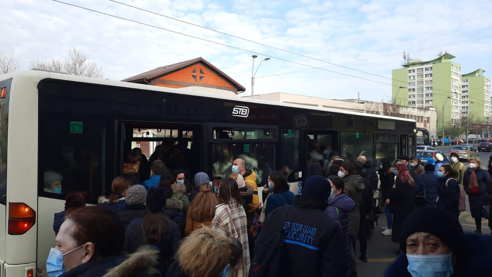 Aglomerație în stațiile STB. Oamenii au ales autobuzele după ce metroul a fost blocat