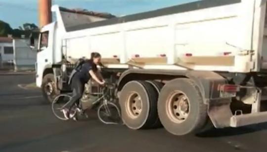 Video. O biciclistă a trecut pe lângă moarte de două ori în mai puțin de 30 de secunde. Imaginile erau transmise live