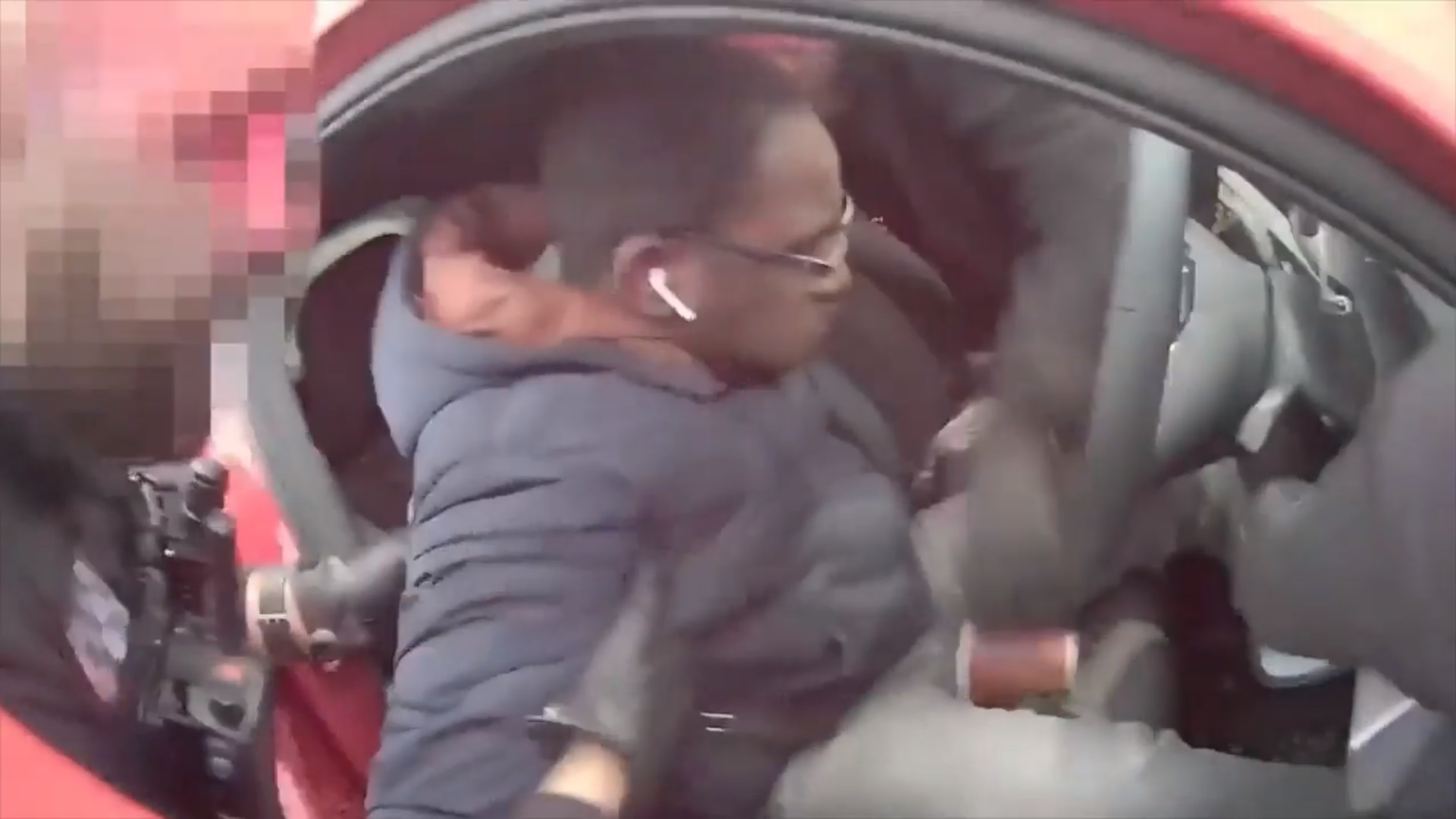 VIDEO. Ce ascundea în gură un șofer oprit în trafic de polițiști. Imaginile fac înconjurul lumii