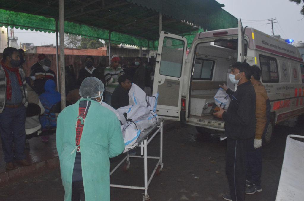 O femeie din India bolnavă de Covid a murit după ce polițiștii i-au luat butelia de oxigen ca să ajute un VIP