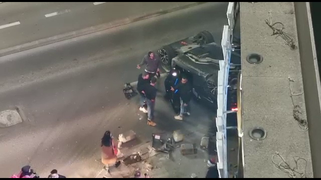 Accident pe Calea Victoriei din Capitală. O mașină s-a răsturnat în urma impactului