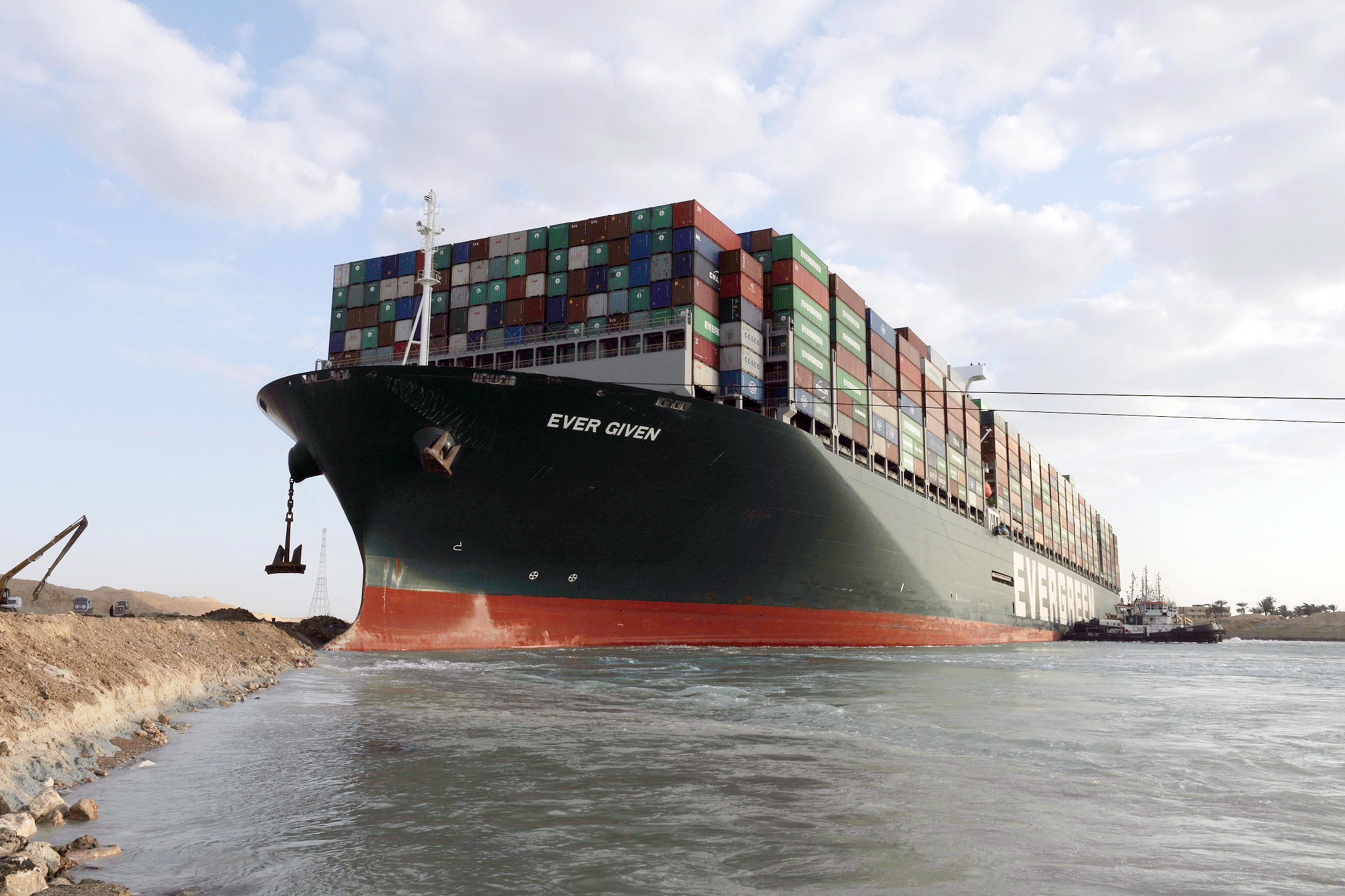 Canalul Suez, complet blocat de o navă înţepenită. Ce se întâmplă cu zecile de mii de oi din România