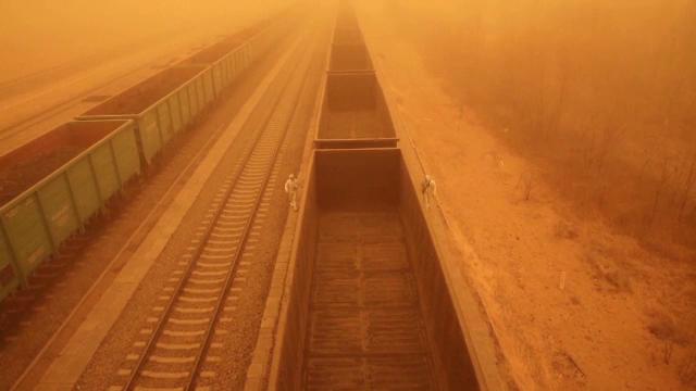 """O furtună uriașă de nisip """"a înghițit"""" Beijingul. Oamenii au fost nevoiți să-și acopere ochii"""