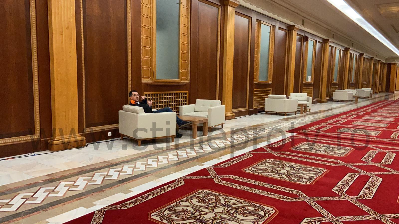 Ministrul Sănătății, Vlad Voiculescu, fotografiat fără mască pe holurile Parlamentului