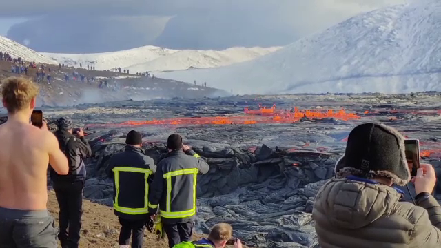 """Vulcanul care a erupt în Islanda a devenit obiectiv turistic. """"E copleșitor să văd cum ia naștere pământul"""""""