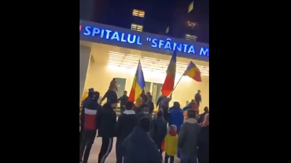 """Manifestanții anti-restricții din Bacău au pătruns în curtea spitalului județean și i-au făcut pe doctori """"asasini"""""""