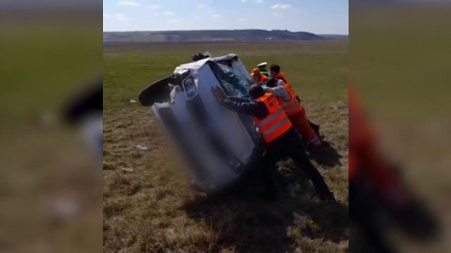 Căruță spulberată de mașină, în județul Iași. Două persoane au fost rănite