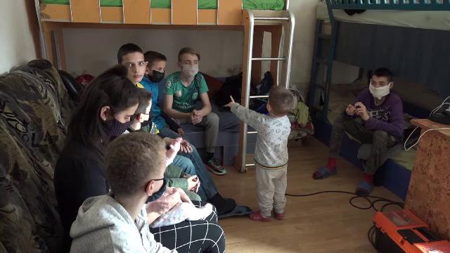 O familie cu nouă copii din Alba Iulia riscă să ajungă sub cerul liber. Casa în care locuiesc, vândută de proprietar