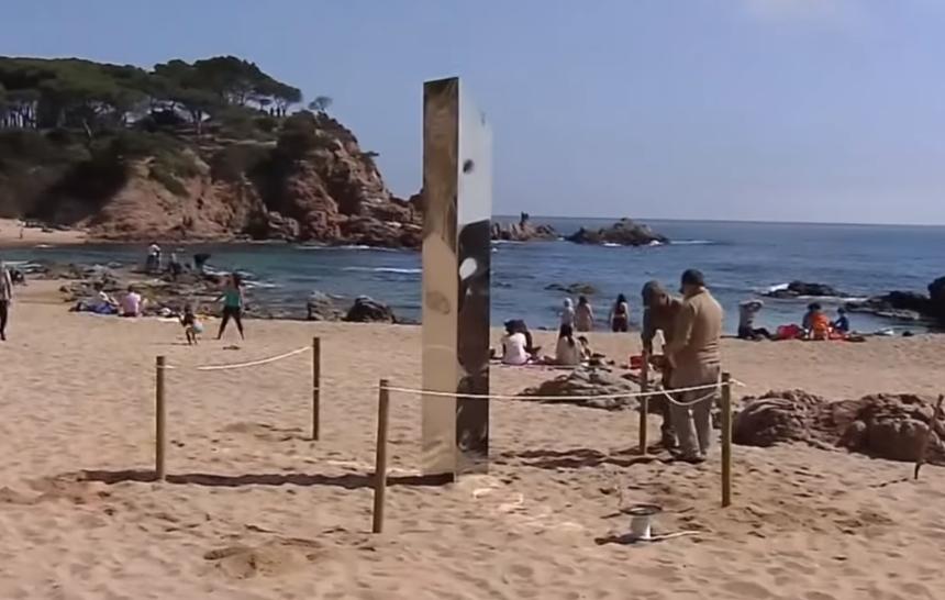 Un monolit din metal a fost descoperit pe o plajă din Costa Brava. VIDEO