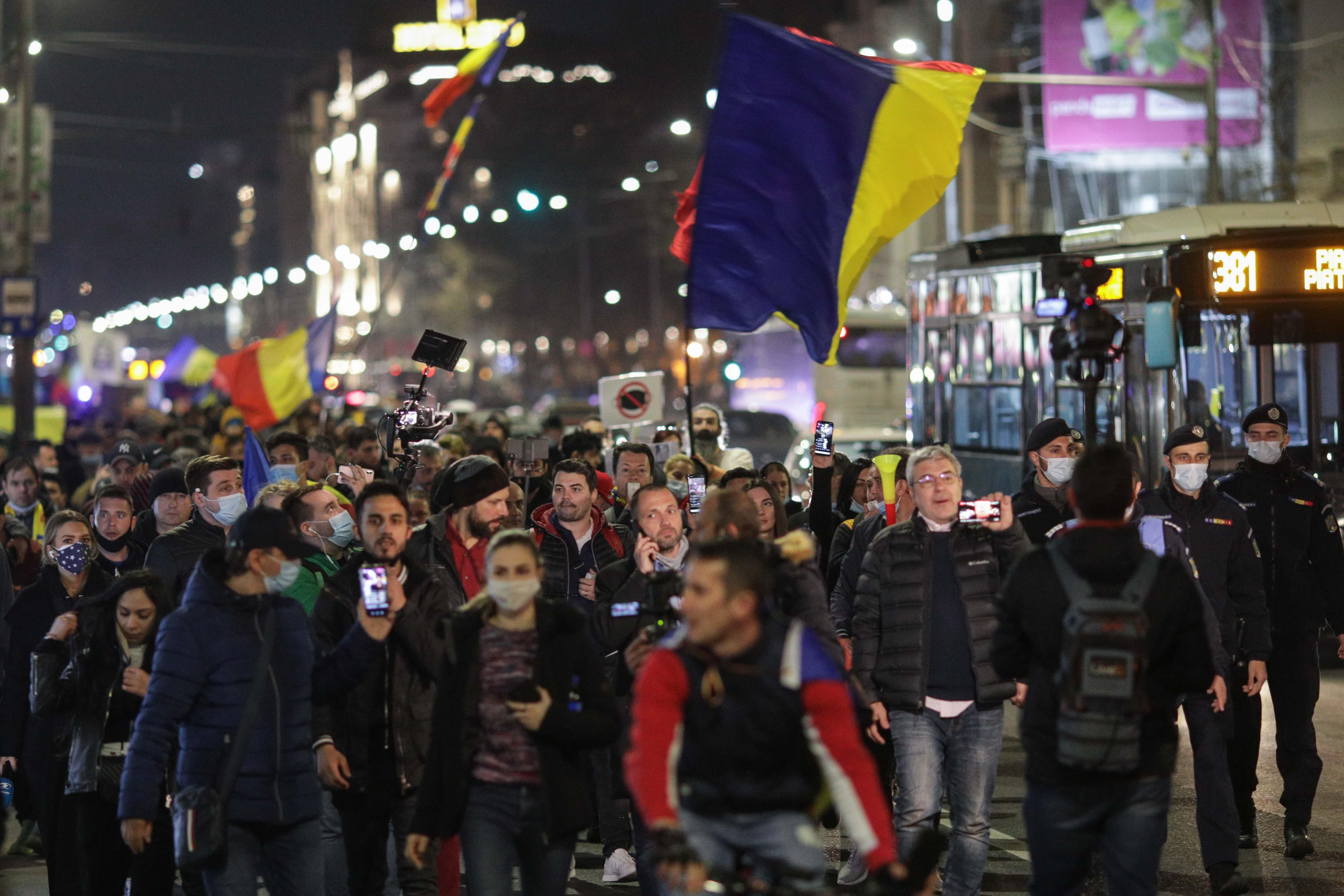 """O nouă zi de proteste în Bucureşti şi în mai multe oraşe din ţară. """"Jos cu starea de alertă"""""""