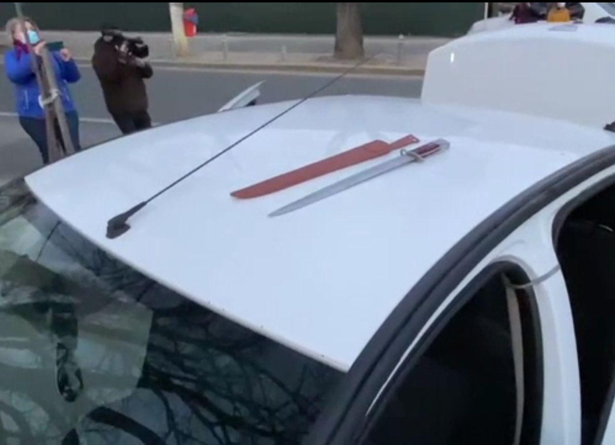 O macetă a fost confiscată de polițiști, la proteste. Unde o ascunsese un tânăr
