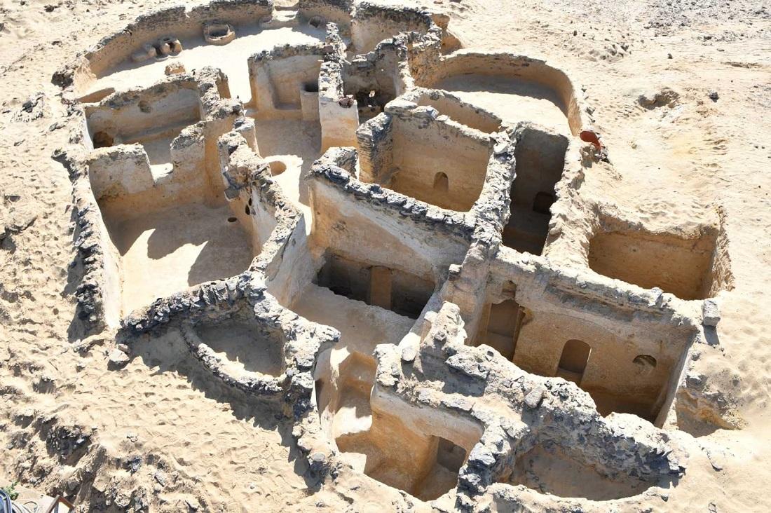 Aproximativ 250 de morminte vechi de peste 4.000 de ani, descoperite în Egipt.
