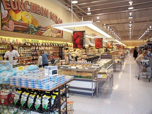 Efectele crizei: ieftinire masiva la produsele de baza din hipermarketuri