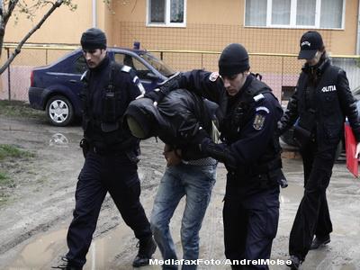 Razii in Husi si Iasi. Doi politisti implicati in contrabanda cu tigari