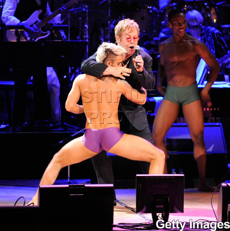 Sting, fardat si rujat, pe aceeasi scena cu Elton John si striperii!