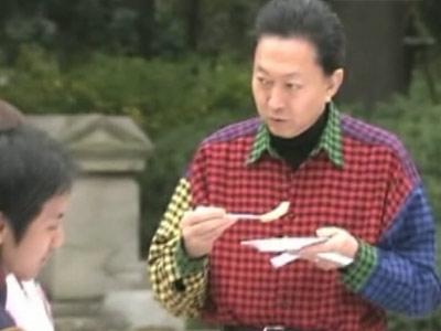 Minunati-va de asa camasa in carouri! De la premierul Japoniei
