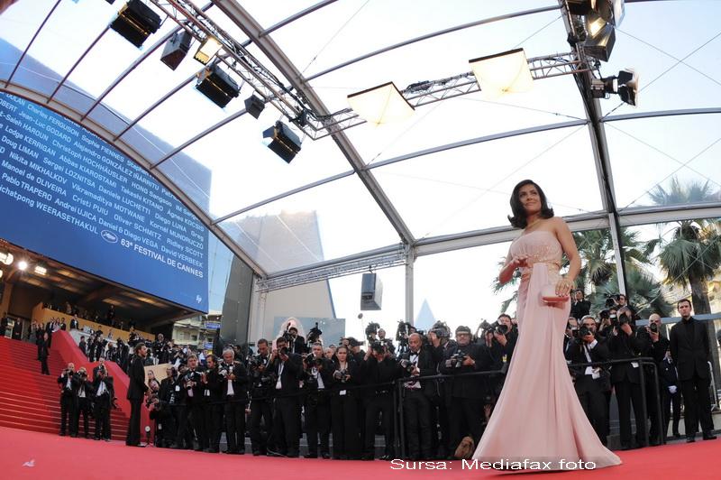 Salma Hayek a facut senzatie pe covorul rosu la Cannes! Vezi si alte tinute