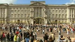 Flashmob la Buckingham Palace. Special pentru Kate si William. VIDEO