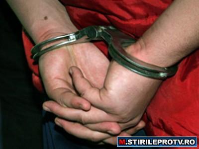 Trei barbati, acuzati de proxenetism, luati pe sus de politie, intr-o descindere fulger