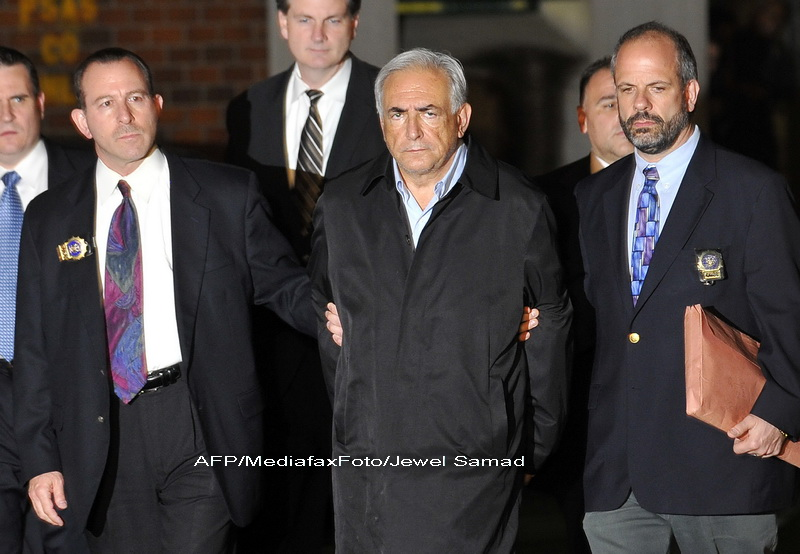 Fotografia soc. Directorul FMI incatusat, in drum spre inchisoare