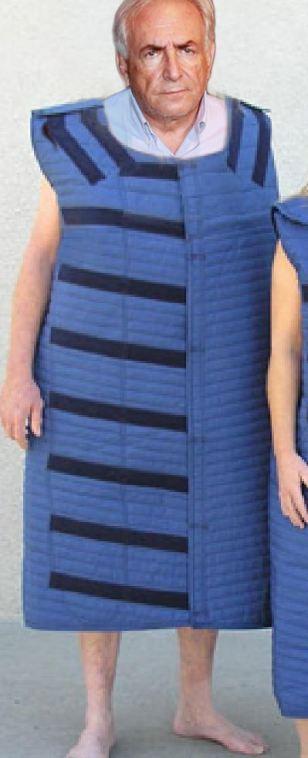 Dominique Strauss-Kahn, obligat sa poarte o vesta anti-sinucidere. FOTO