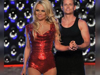 Pamela Anderson si-a adus aminte de anii tineretii. A dansat in costum de baie pe