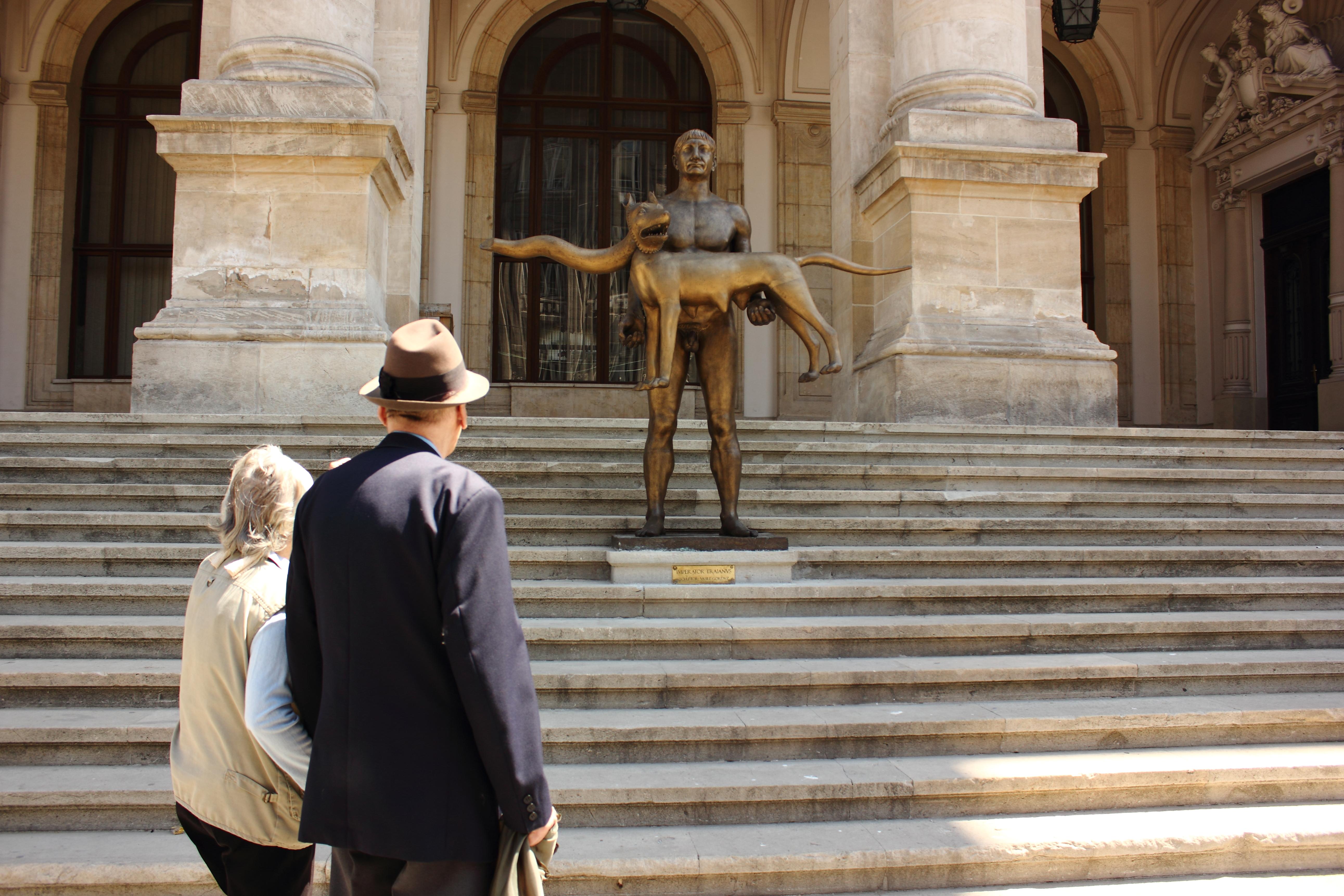 Statuia Imparatului Traian, subiect de glume si ironii. The Telegraph: Romanii rad de ea pe internet