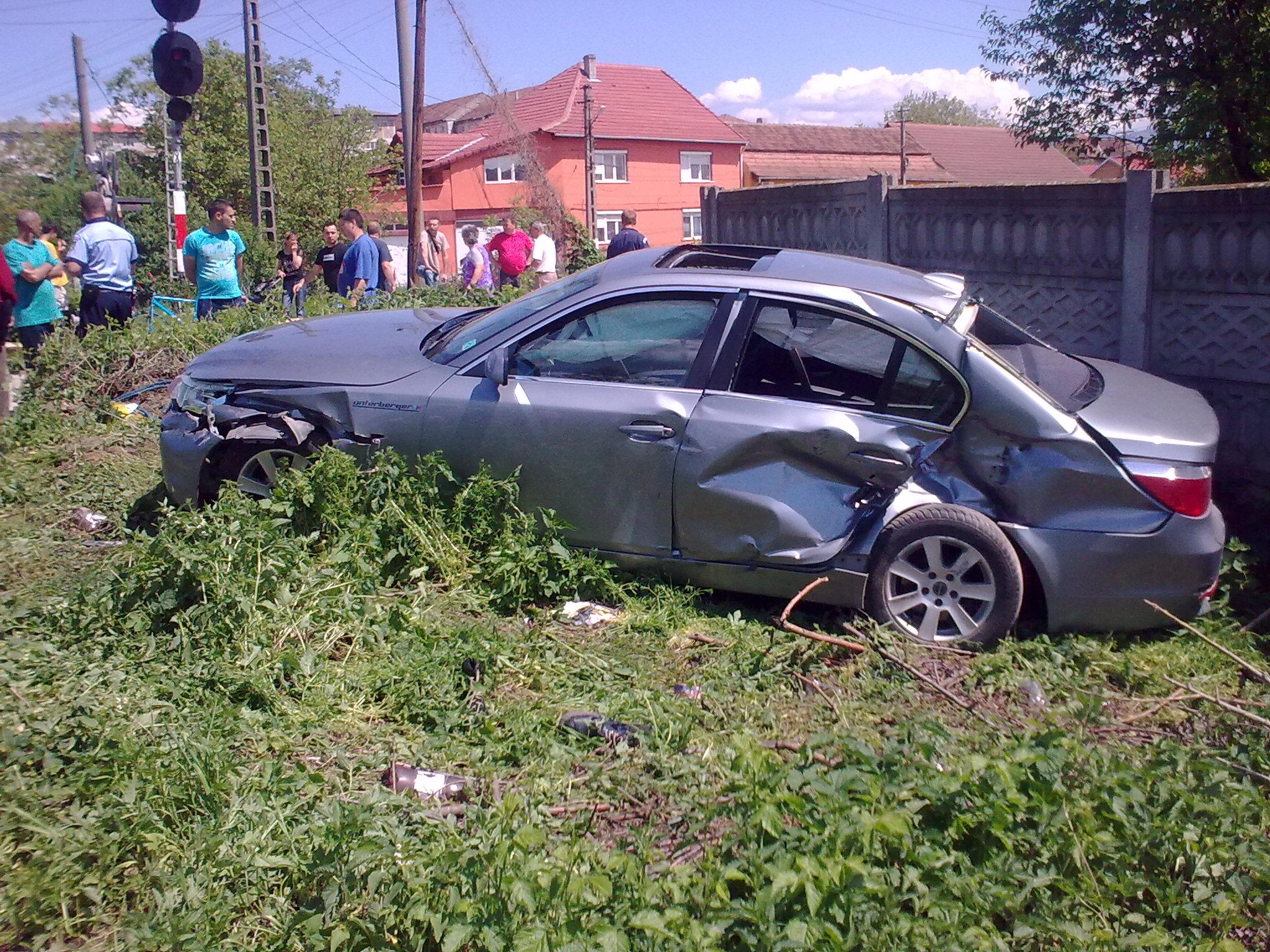 O femeie a scapat nevatamata dupa ce BMW-ul pe care il conducea a fost lovit de tren