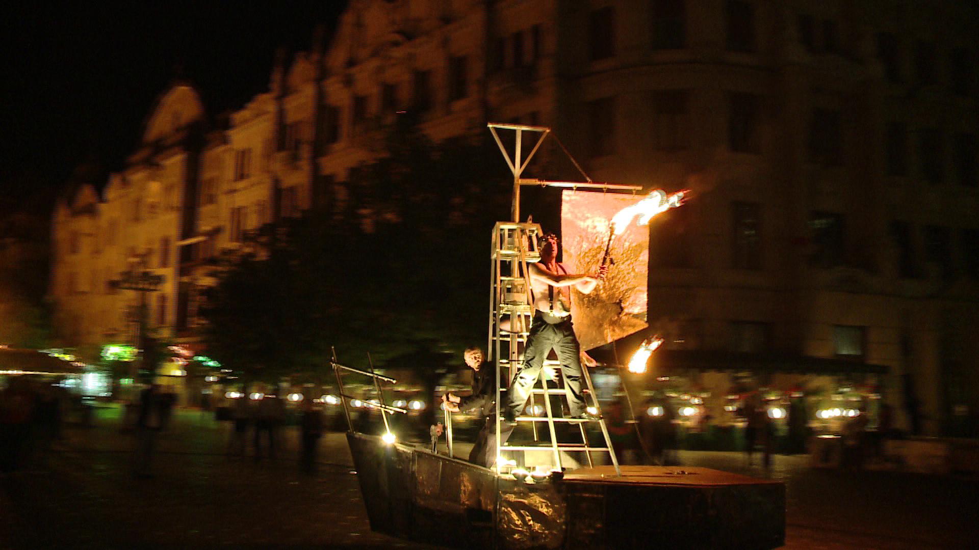 Corabia cu arta a navigat in centrul Timisoarei. Sute de oameni au admirat spectacolul inedit