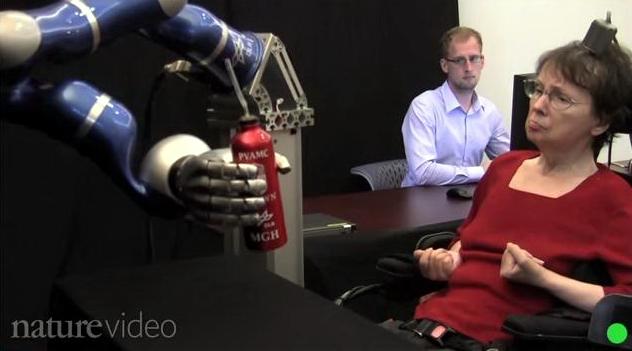 Experiment reusit. O femeie paralizata controleaza cu MINTEA un brat robotic. VIDEO
