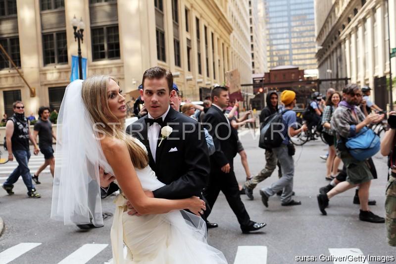 Fotografia unei mirese face inconjurul lumii. Protestele anti-NATO de la Chicago i-au stricat nunta