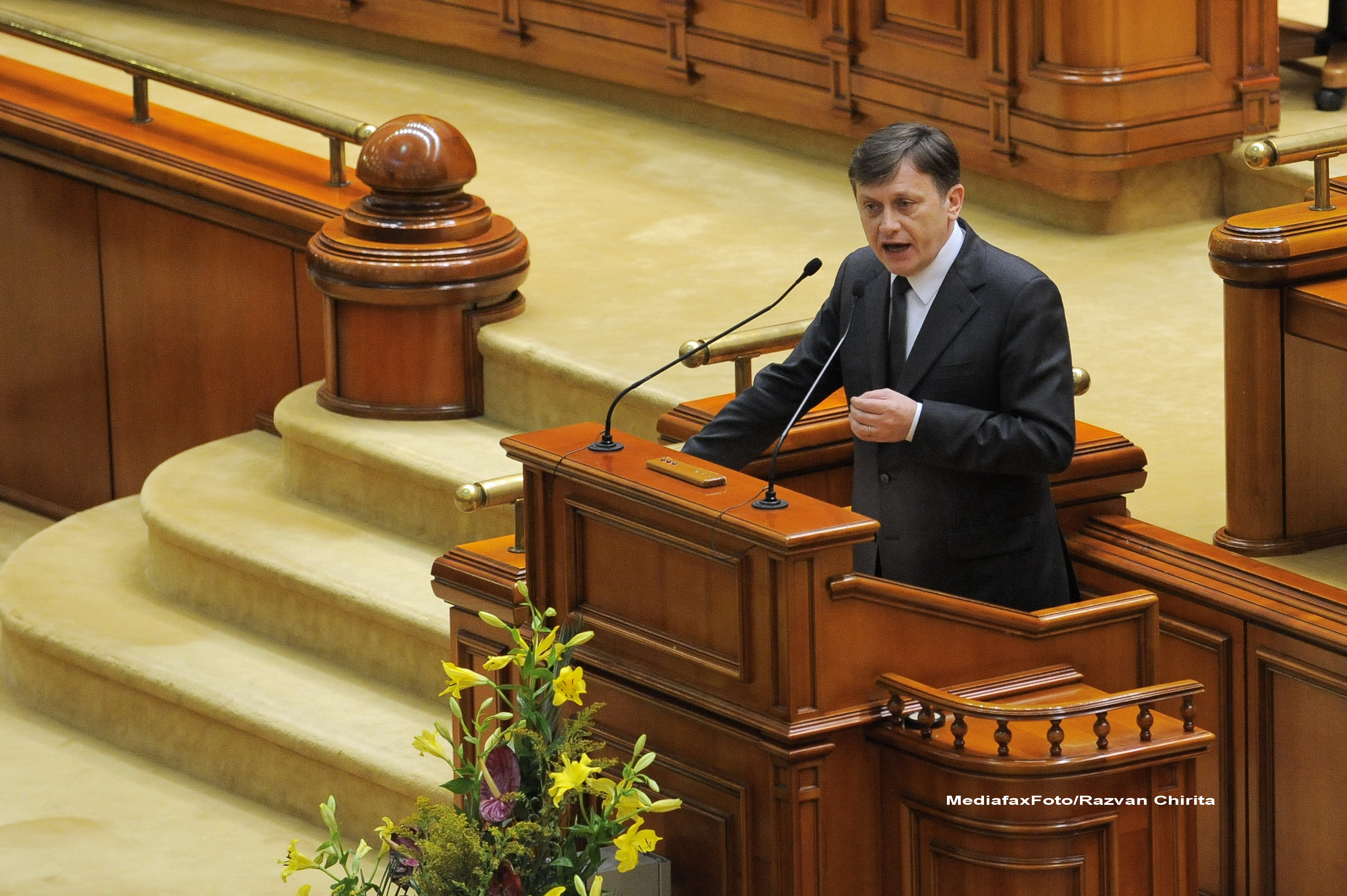 Proteste in Parlament, in timpul discursului lui Crin Antonescu: