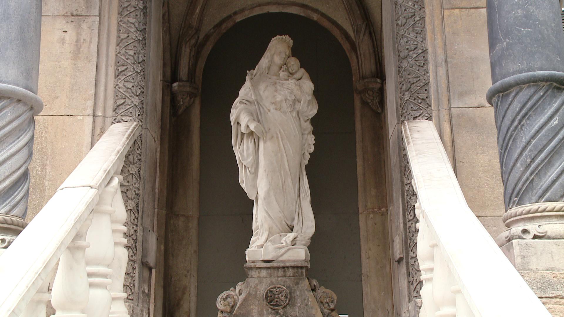 Statuia Fecioarei Maria a fost restaurata dupa patru luni de la vandalizare