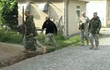 Soldati americani, prinsi de jandarmi cu un detector de metale, intr-un sit arheologic din Harsova