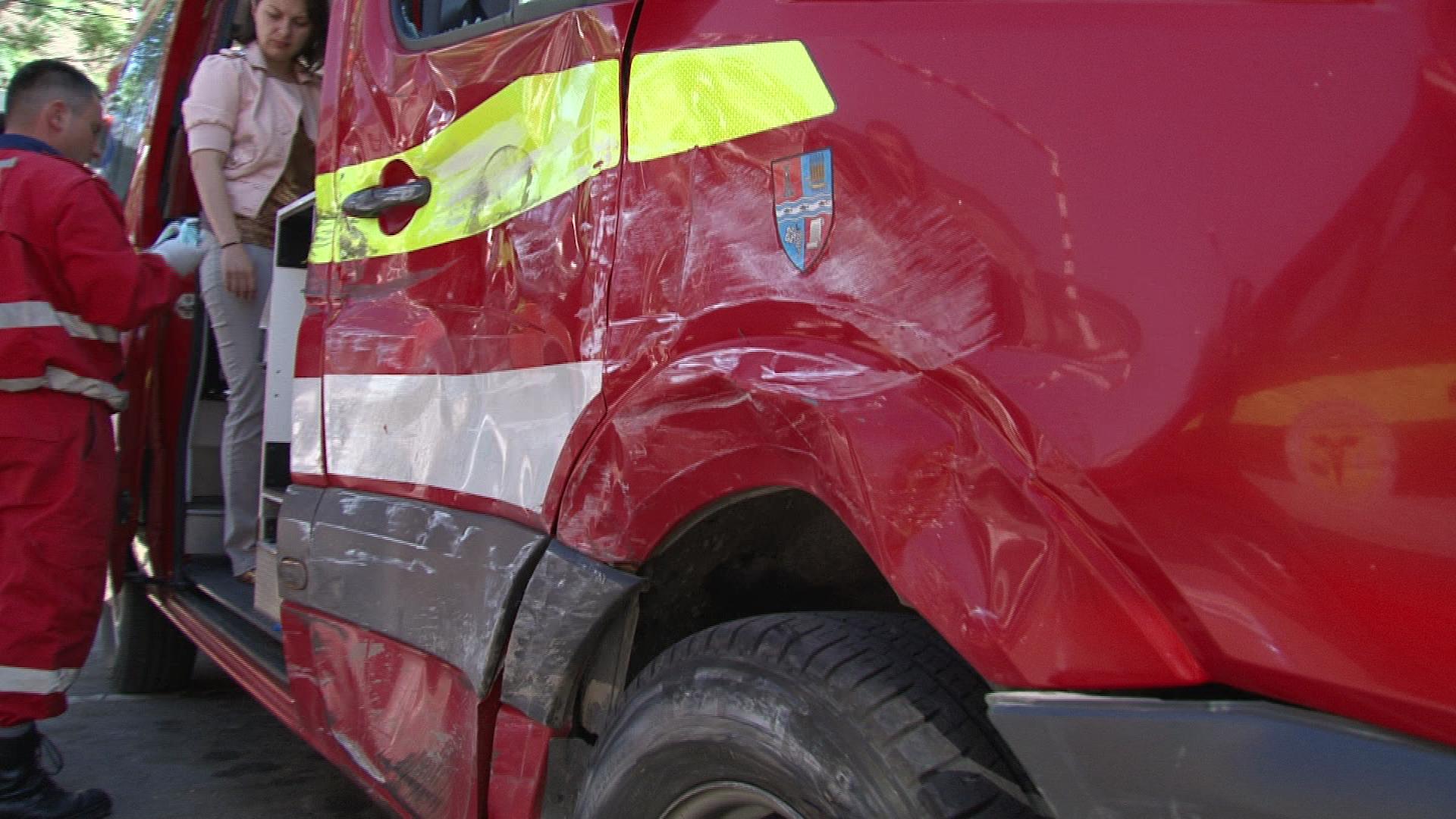 Patru persoane au fost ranite in urma unui accident dintre o masina si o ambulanta SMURD, la Oradea