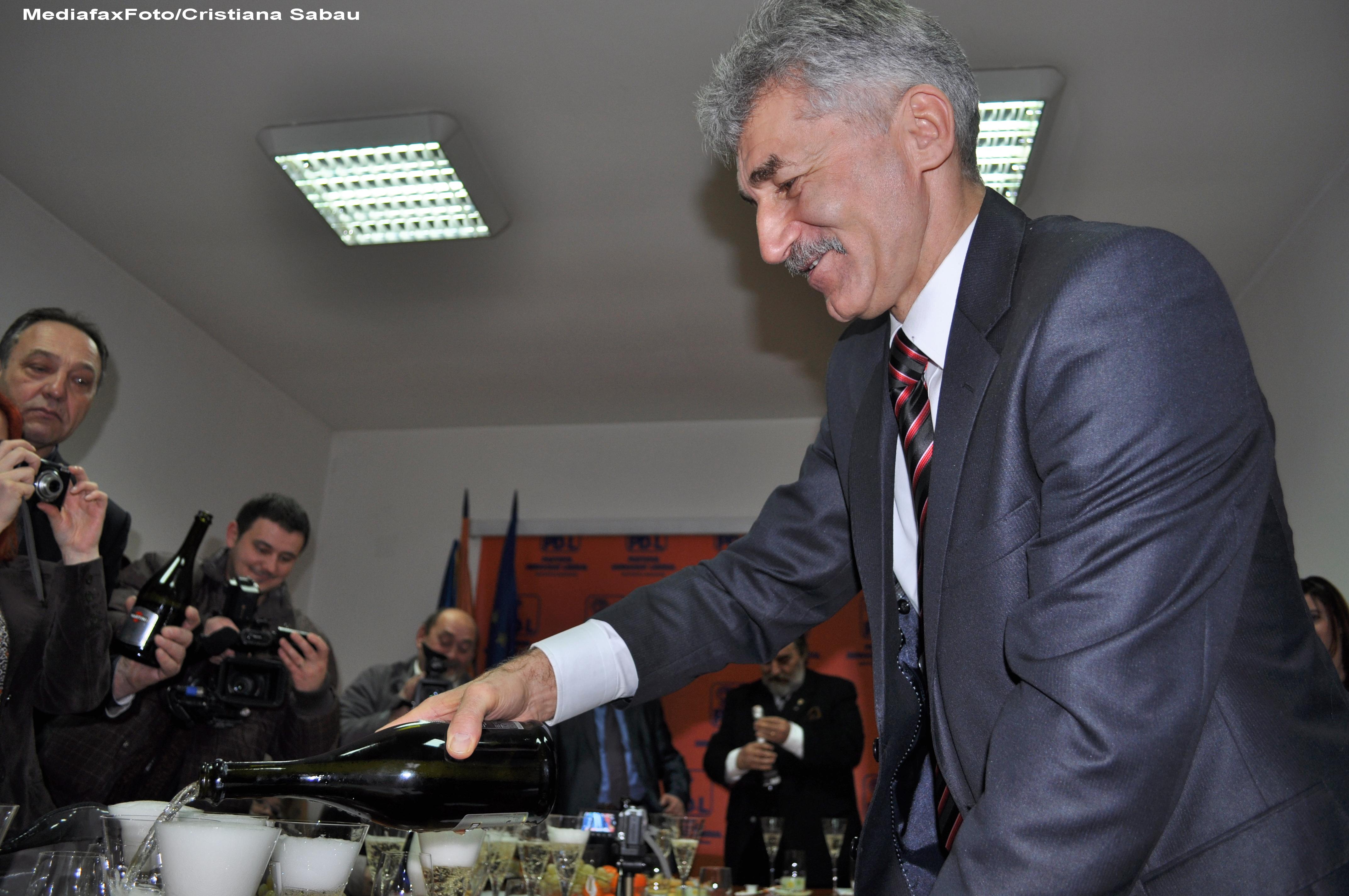 Ioan Oltean acuza USL Bistrita-Nasaud ca foloseste fotografii cu militari pe materiale electorale