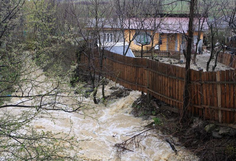 Gospodarii si garaje inundate in urma ploilor abundente cazute pe Valea Jiului