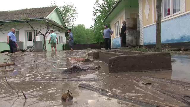 Locuinte inundate, culturi distruse si animale ucise, dupa ce o furtuna a lovit in Suceava
