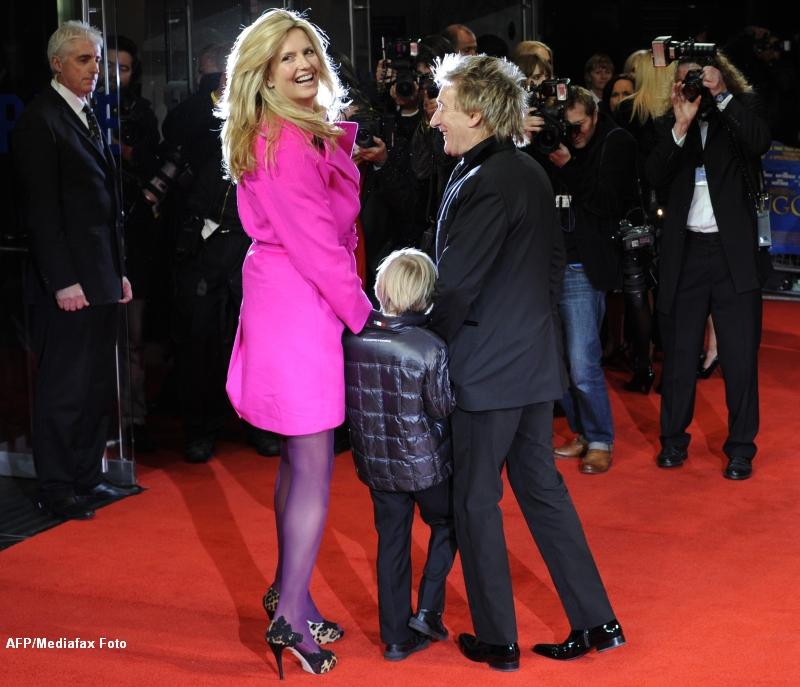 Rod Stewart are o sotie mai tanara cu 26 de ani, fiul lui are o iubita care i-ar putea fi mama