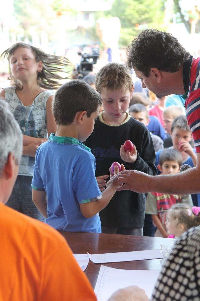 Peste 200 de persoane au participat la concursul de ciocnit oua, desfasurat la Sannicolau Mare. FOTO